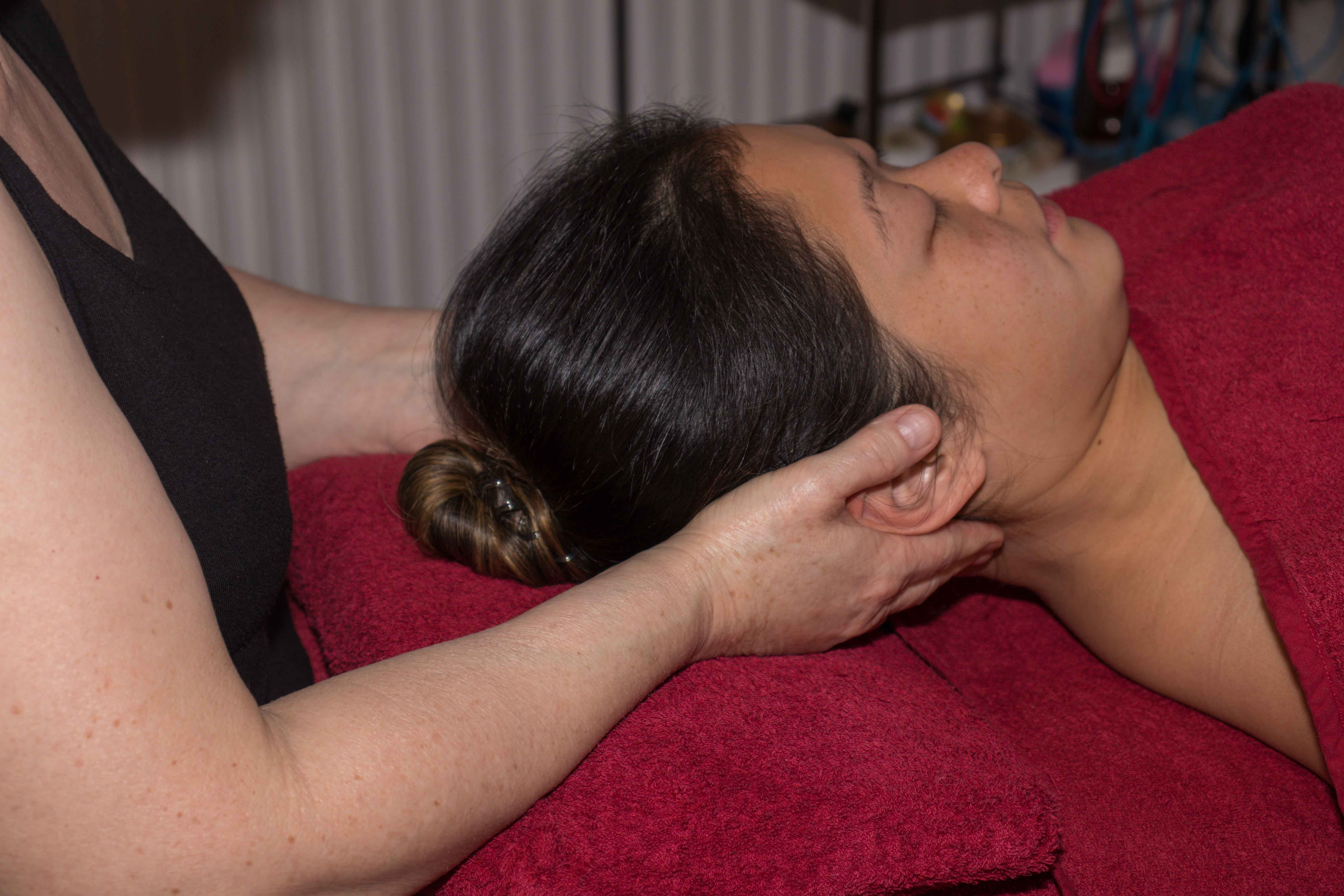Holding the head and calming everything down, an indirect myofascial technique,
